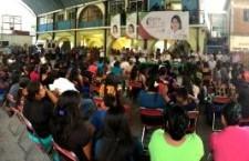 Reciben habitantes de Santiago Lachiguiri a Sofía Castro