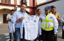 Raúl Cruz entrega nuevos uniformes a policías viales