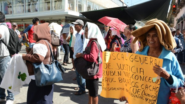 Bloquean defraudados de la Costa y la Mixteca calles del centro de la ciudad