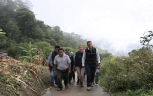 Supervisan daños y entregan apoyos AMH e Ivette Morán en la Sierra Norte (3)