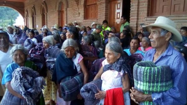 Mantiene CEPCO programa de entrega de cobijas en Oaxaca por temporada invernal