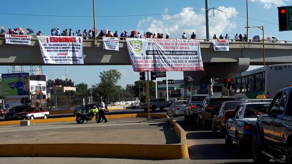 Burócratas protestan en el crucero de Cinco Señores, exigen elecciones