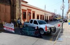 Protestan trabajadores de la Mixteca en oficinas de los Servicios de Salud, exigen solución a sus demandas