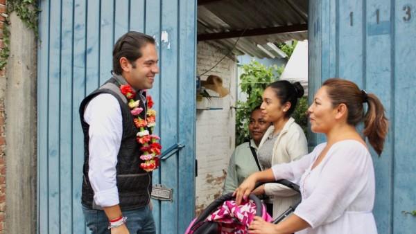 """""""A ras de tierra"""" fortalece Raúl Bolaños Cacho la unidad con familias oaxaqueñas"""