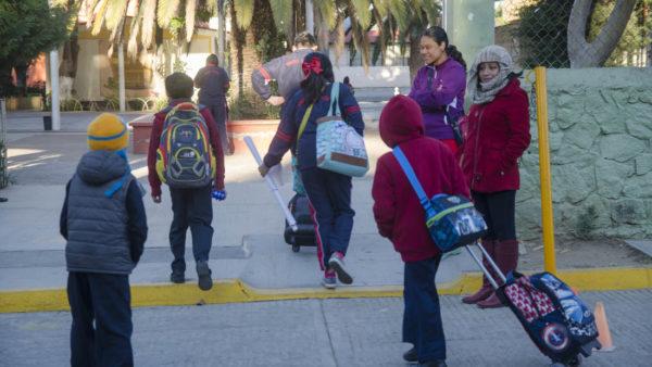 Recomienda IEEPO cuidar la salud de escolares por descenso de temperatura