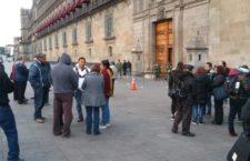 Empleados de gobierno federal protestan en Palacio Nacional; piden reinstalación de sus puestos