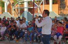 Festeja Juan Carlos García a niños de Santa Lucía del Camino
