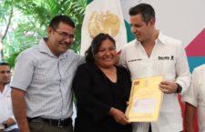 Cumple Alejandro Murat con voceadores de Oaxaca, entrega 132 lotes para que cuenten con un patrimonio familiar