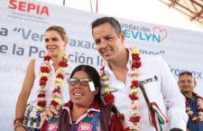 """Entrega Alejandro Murat lentes oftálmicos del programa  """"Ver a Oaxaca con amor"""""""