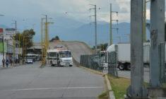 Violento bloqueo de habitantes de Teojomulco a crucero de 5 Señores