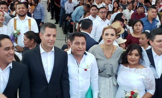 Celebran Ivette Moran y Alejandro Murat formalización de 271 parejas en boda colectiva