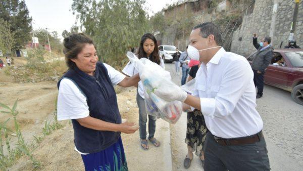 Entrega Gobierno Municipal de Oaxaca de Juárez apoyos alimentarios en Guadalupe Victoria