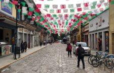 Ayuntamiento de Oaxaca y sector turístico adornan con motivos patrios el primer cuadro de la ciudad