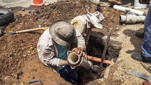 Realiza SAPAO tareas de reparación de tubería de agua potable en calle Díaz Ordaz, Centro